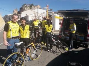 """Campus de Ciclismo Eduardo Chozas """"Actívate"""" de Calpe. Grupo asistido por vehículos de apoyo y monitores"""