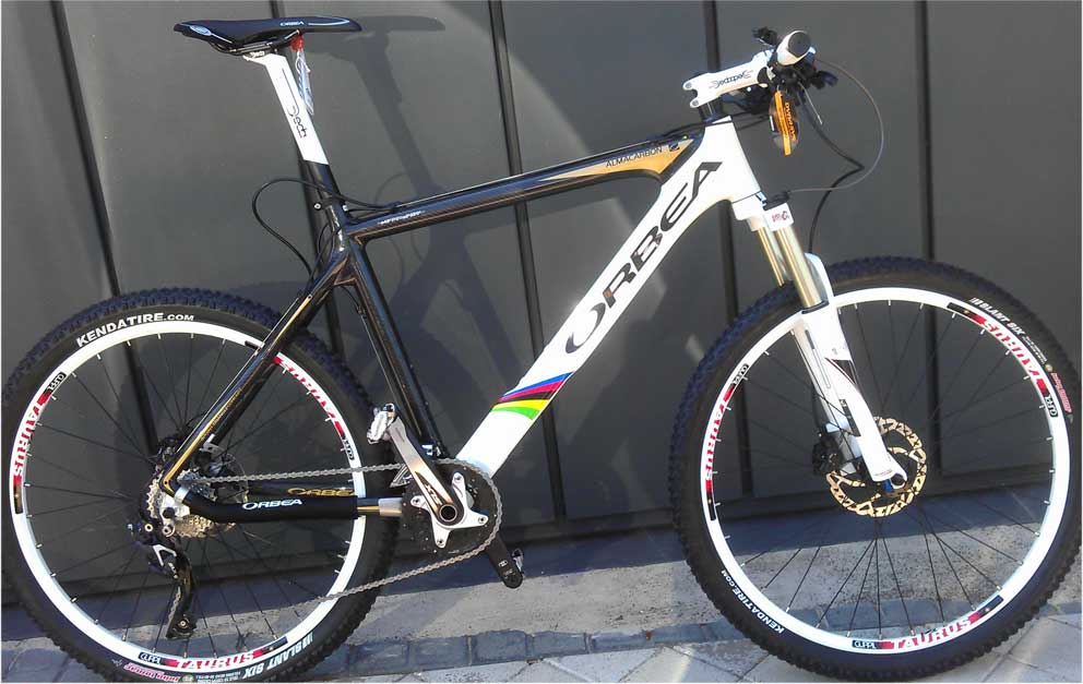 Bicicleta completa Orbea con cuadro Alma de carbono - Grupo Shimano SLX 10V, tija, potencia y manillar Deda blancos - OFERTA 2.200 €