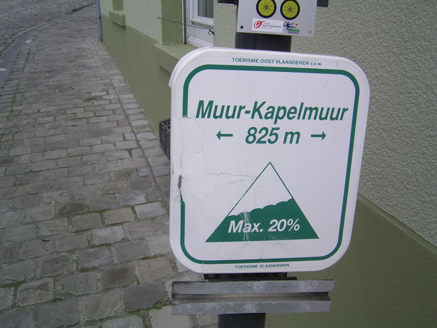 Indicador del muro del Kapelmuur donde se han forjado muchas historias de Flandes
