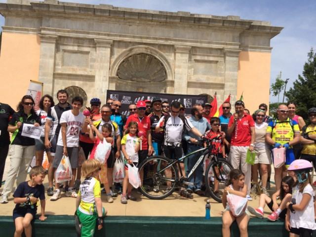 Los premiados del sorteo final con Eduardo Chozas, German Niento ex ciclista profesionales y Adolfo Arias (Concejal de Deportes de Boadilla del Monte)